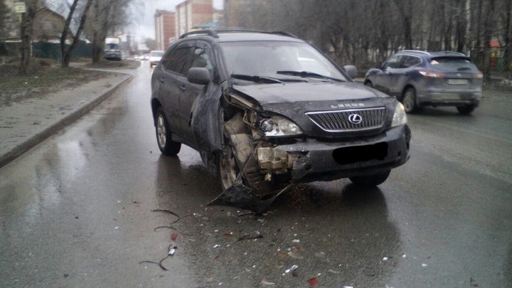 Водитель «Лексуса» отвлёкся и попал в ДТП с участием трёх машин