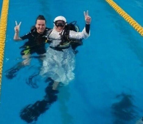 В Новосибирске дайверы установили ёлку на дно бассейна