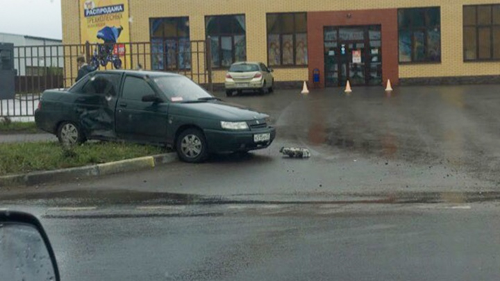 Легковушку выбросило на тротуар: в Дзержинском районе Ярославля столкнулись две машины
