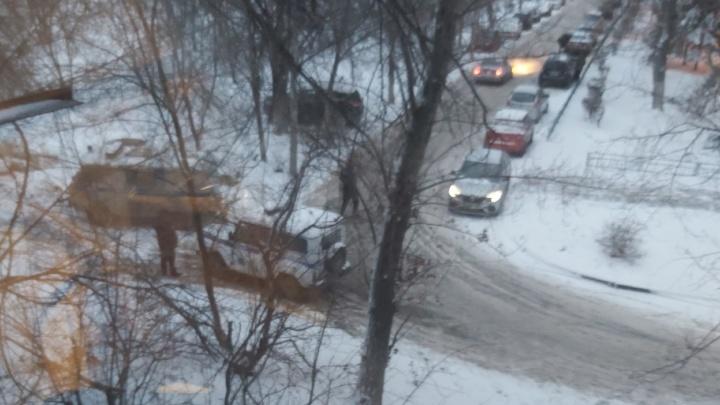 «Сначала выбросили табуретки и велосипед»: в Волгограде под балконами нашли тело обнаженного мужчины