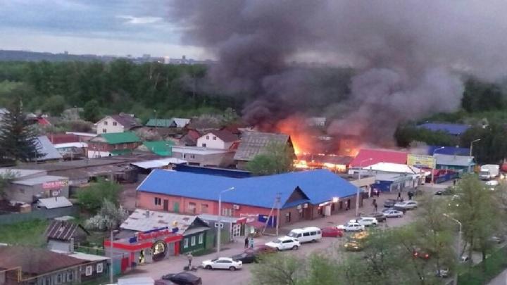 Подробности: в Уфе во время праздника сгорела баня, чудом удалось спасти машины