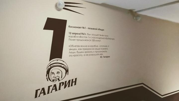 Омский дизайнер нарисовал в подъезде десятиэтажки Белку, Стрелку и Гагарина
