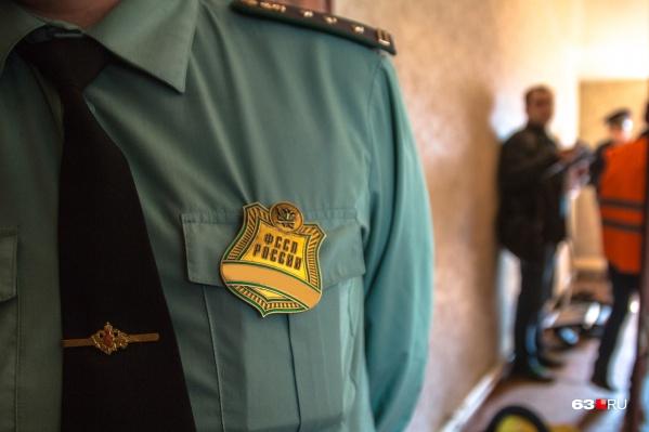 Представители правоохранительных органов приходят к неплательщикам лично