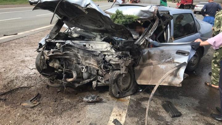 На трассе Уфа — Оренбург легковушка врезалась в фуру: водителя зажало в машине
