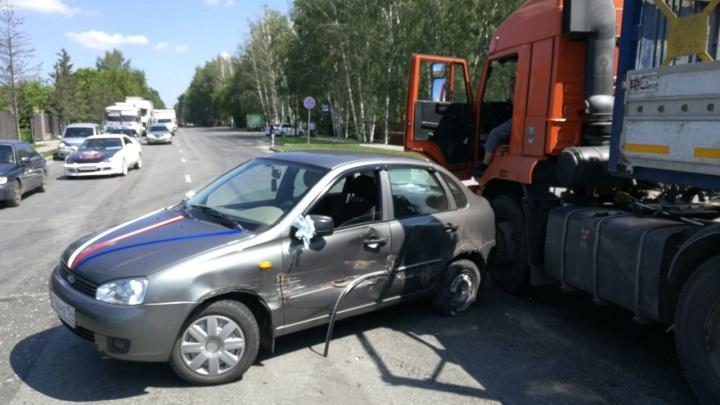 КамАЗ протаранил свадебный кортеж на Мочищенском шоссе