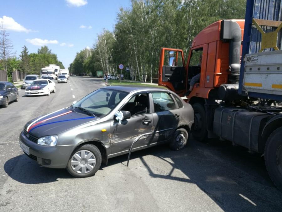 ВНовосибирске «КамАЗ» протаранил свадебную «Ладу Калину» ипротащил ее несколько метров