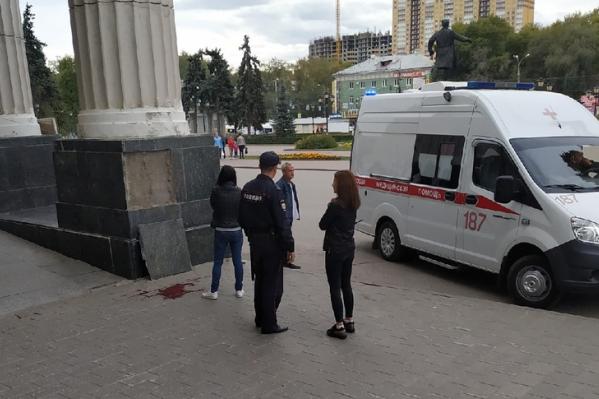 Свидетелями несчастного случая стали горожане, гулявшие в это время на площади. Они сделали фото с места происшествия
