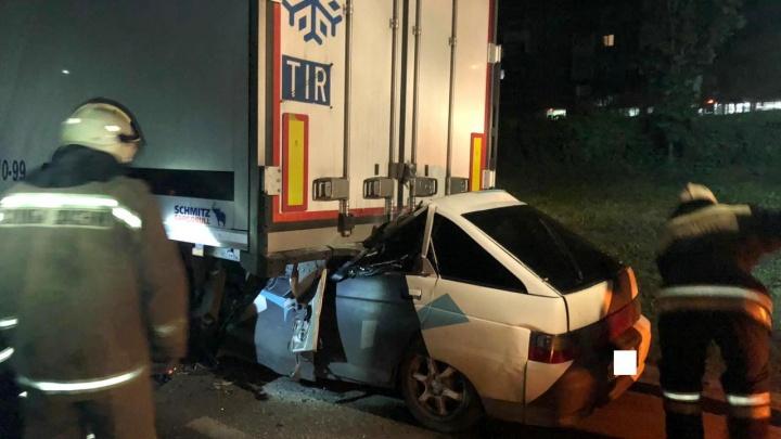 За рулем был полицейский: на видео сняли, как доставали водителя «Лады», которая залетела под фуру
