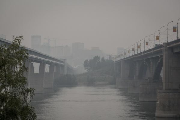 По данным Роспотребнадзора, воздух в Новосибирске вполне чист и угрозы для здоровья нет, однако у многих горожан ухудшилось самочувствие