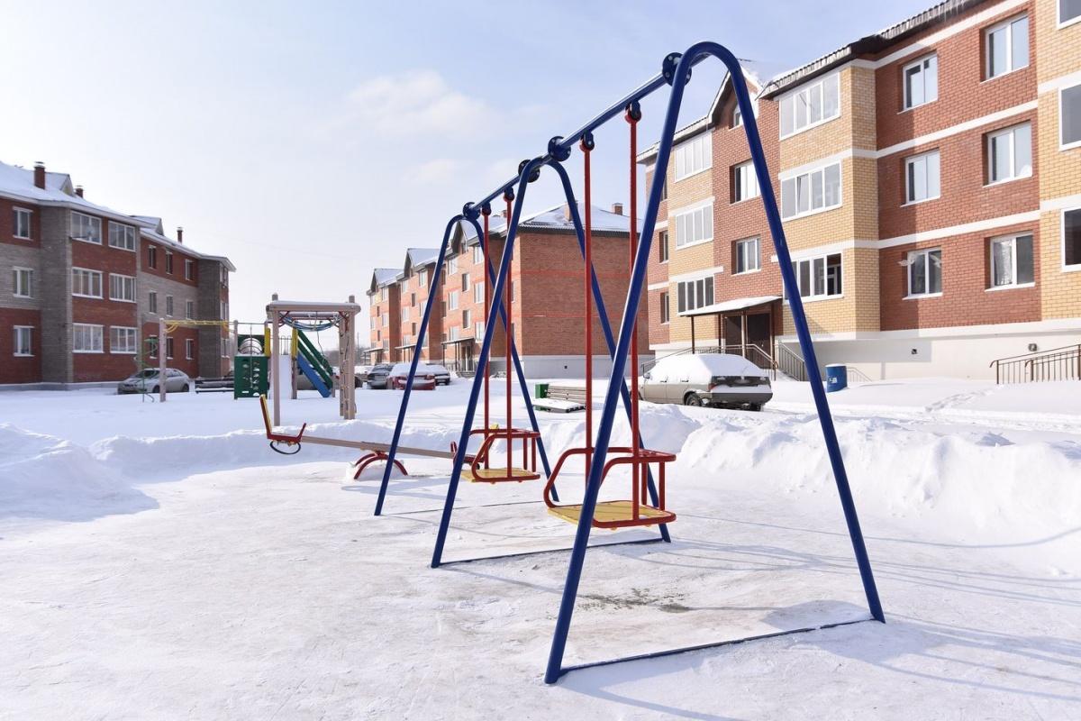 В центре малоэтажного комлекса большая детская площадка