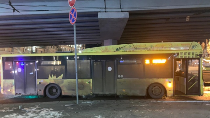 В центре Волгограда 7-летний ребенок попал под колеса автобуса