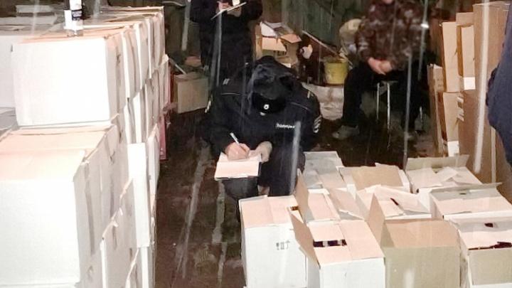 В гараже жителя Макушино полицейские нашли 8000 пачек сигарет, водку и канистры со спиртом