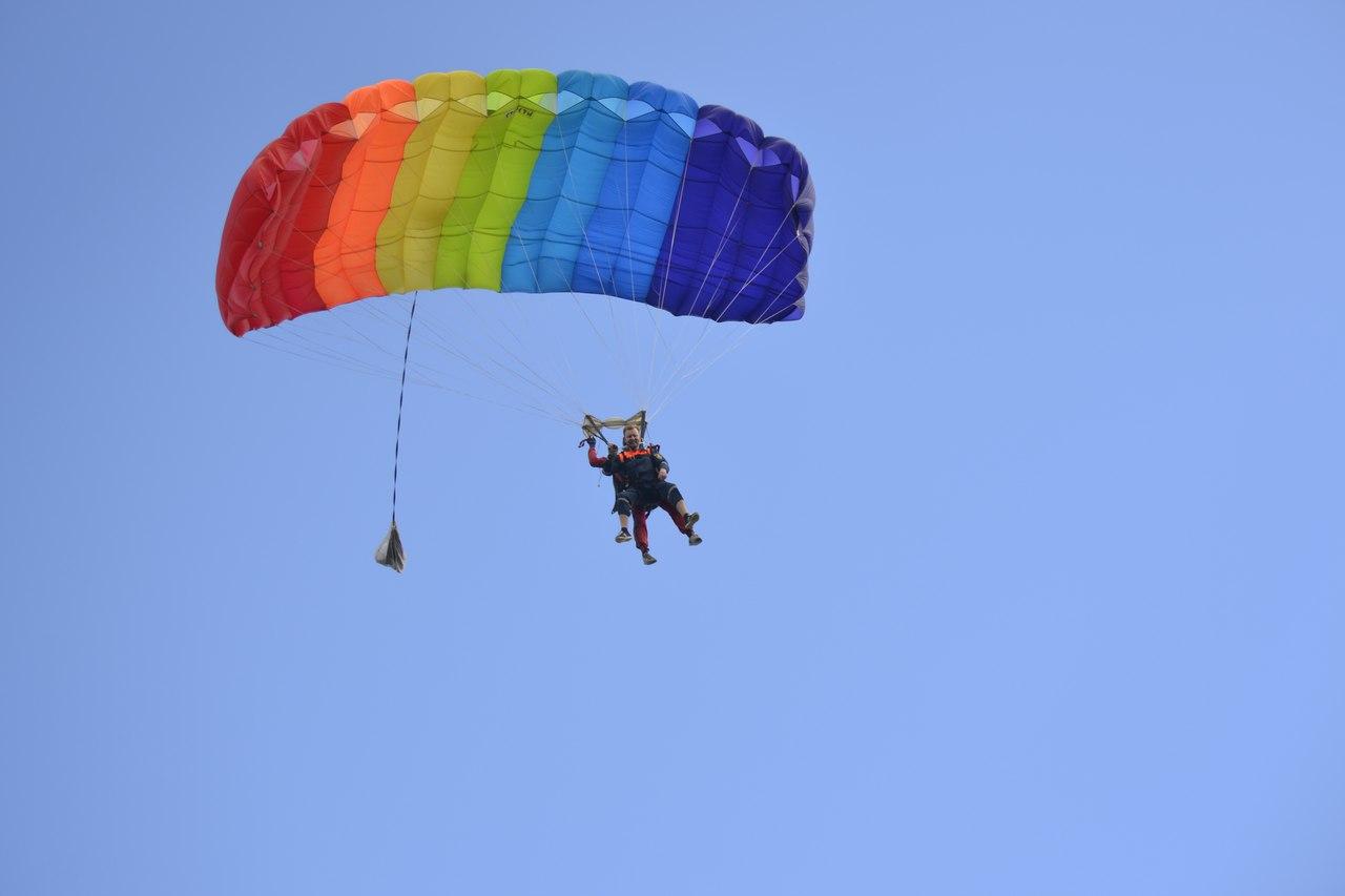 Один купол на двоих. Хотя может и больше вывезти — такие парашюты до 400 кг могут нести