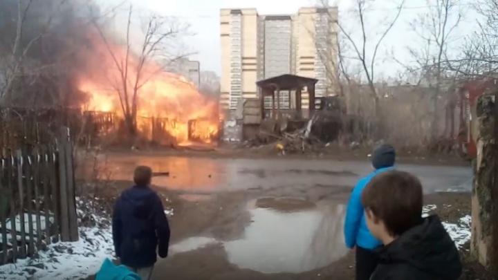 В Перми на Гайве сгорел деревянный дом. Видео