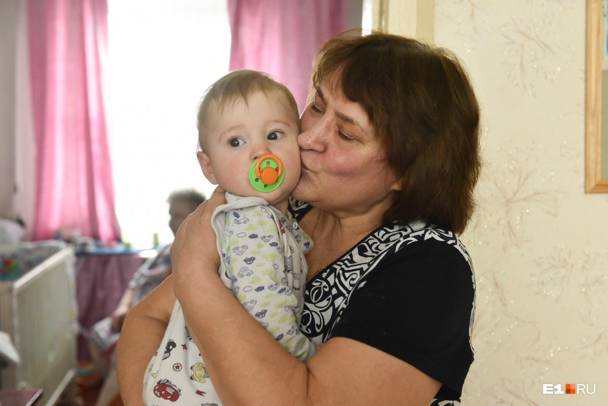 Бабушка Татьяна Ивановна с младшим внуком Темой. У Полины остался еще семилетний Рома