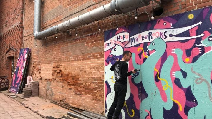 Соболям снова не место: из двора на Коммунистической убрали граффити с пляшущими соболями