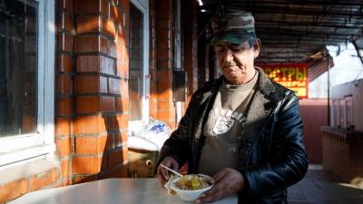 «Это для людей, а не богачей из Москвы»: повар из Афганистана 15 лет кормит пловом Волгоград