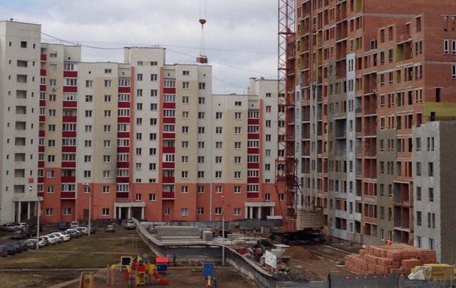 В Уфе строители грузили кирпичи прямо над детской площадкой