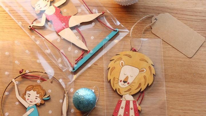Художница из Красноярска создала коллекцию новогодних игрушек из дерева с персонажами цирка
