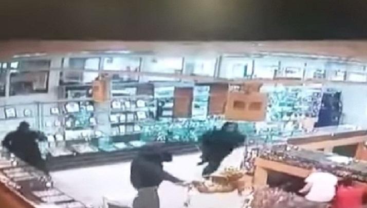 Сдал всех: участнику налета на ювелирный магазин в Камышине с ранением полицейского вынесли приговор