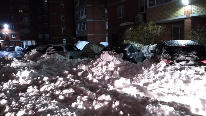 В центре Перми снег с крыши здания упал на четыре автомобиля