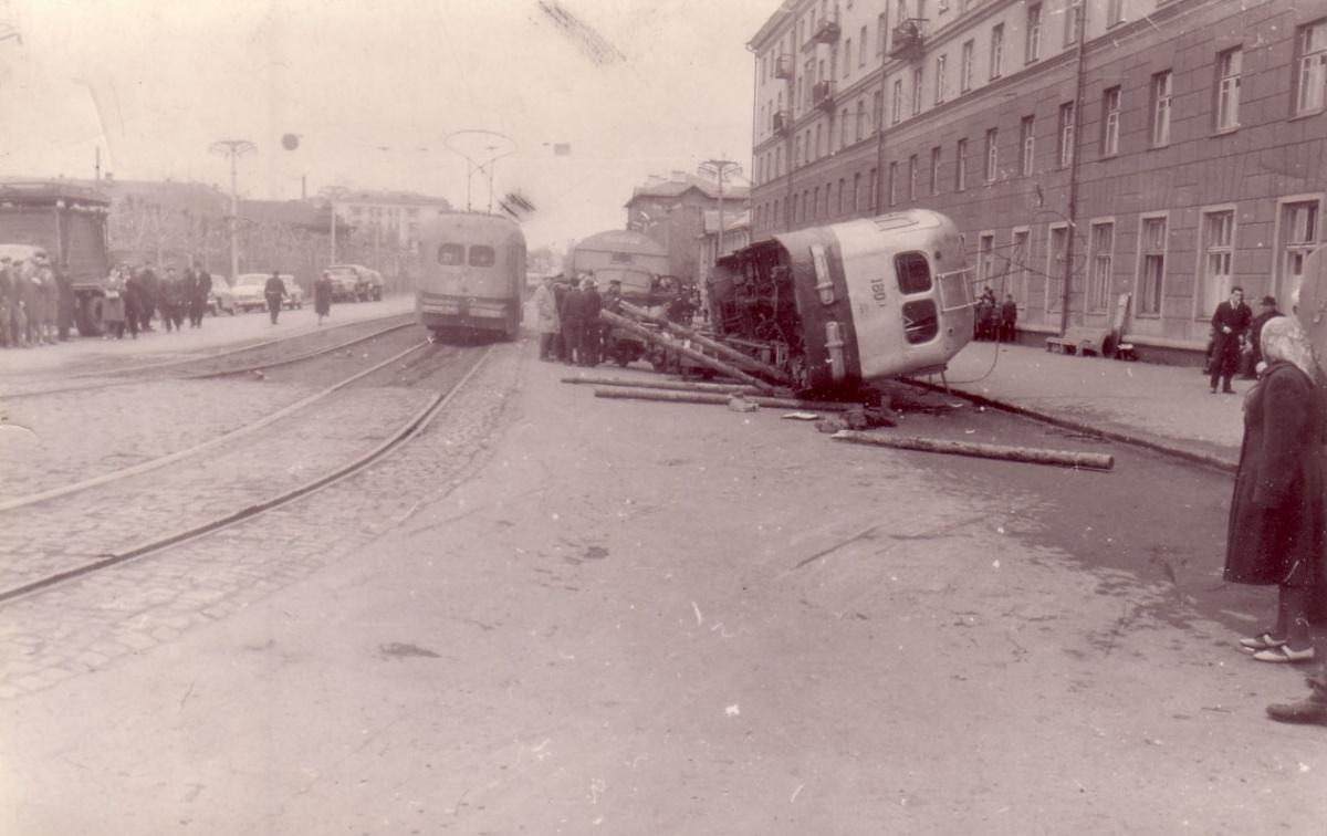 Трамвай опрокинулся на дорогу, в это время на ней стояли люди. Фото, по всей видимости, сделано через какое-то время после аварии