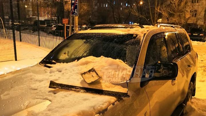 В Тюмени неубранный с крыши снег придавил дорогой внедорожник