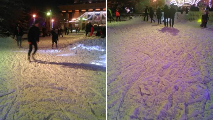 «Конёк до льда не достаёт»: метель испортила новосибирцам выходной на главном городском катке