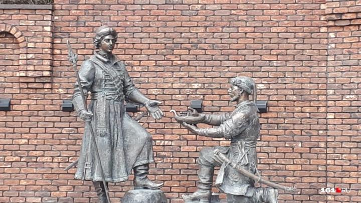 Бронзовый подарок: в Ростове установили памятник Петру Великому