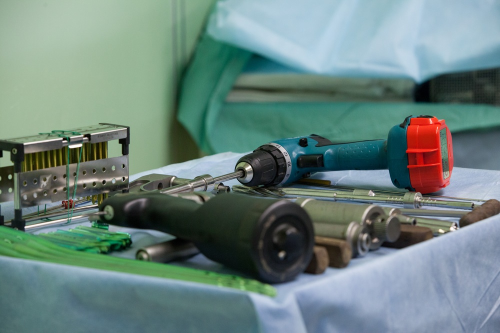 Травматологи — обладатели внушительных инструментов: дрелей, плоскогубцев и шуруповёртов