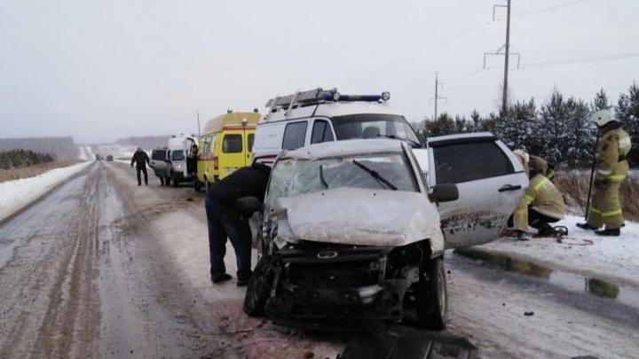 В Башкирии столкнулись две легковушки, пострадало восемь человек
