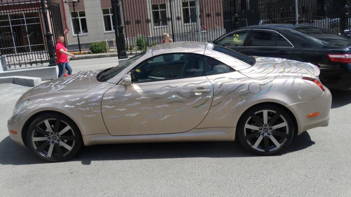 Мыть можно только вручную: в Екатеринбурге появился Lexus, обильно украшенный стразами