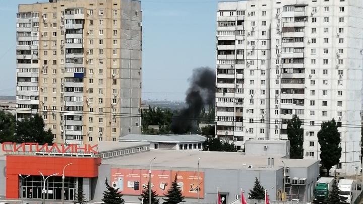 Черный столб дыма поднялся в небо: пожар за «Ситилинком» испугал волгоградцев