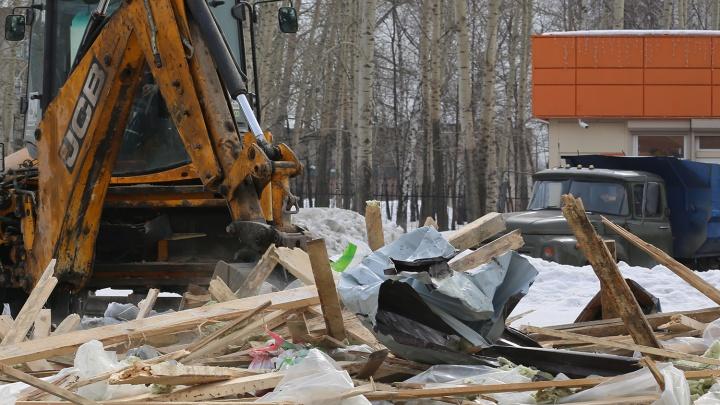Сами построили, сами снесли: в Кировском районе уничтожили хлебный киоск и магазин автозапчастей