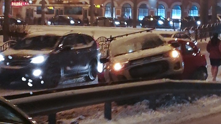 В центре Ярославля машина повисла на отбойнике