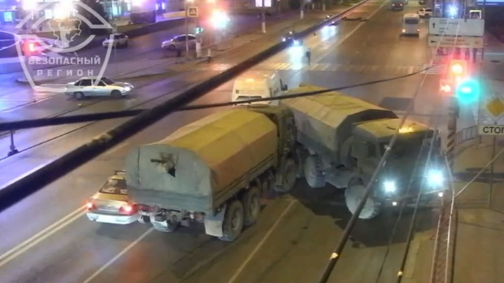 Появилось видео ДТП с участием двух военных КАМАЗов в центре Волгограда