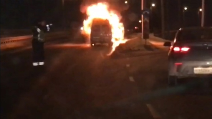 Вспыхнула как спичка: в Челябинске на «Меридиане» сгорела машина скорой помощи