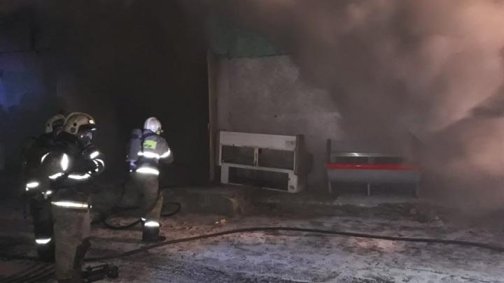 64 пожарных тушат магазин с посудой на улице 20 лет РККА