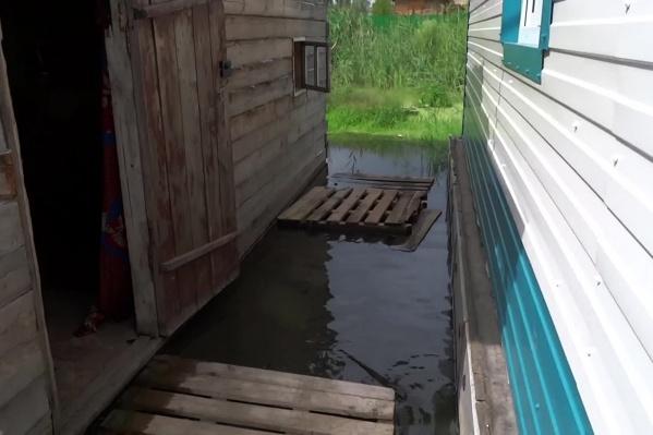 По версии жителей, вода вышла на улицы микрорайона из-за строительства многоэтажек у улицы Большая