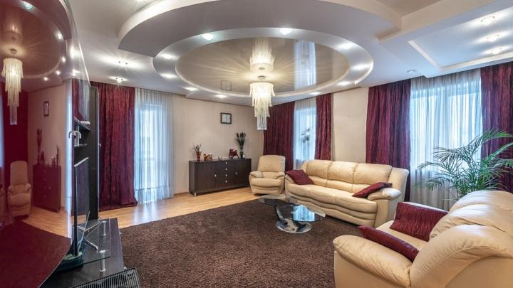 Салют видно прямо из дома: у мэрии Екатеринбурга продают квартиру с пятью лоджиями и кинозалом