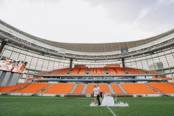 Екатеринбуржец сделал своей девушке предложение на стадионе