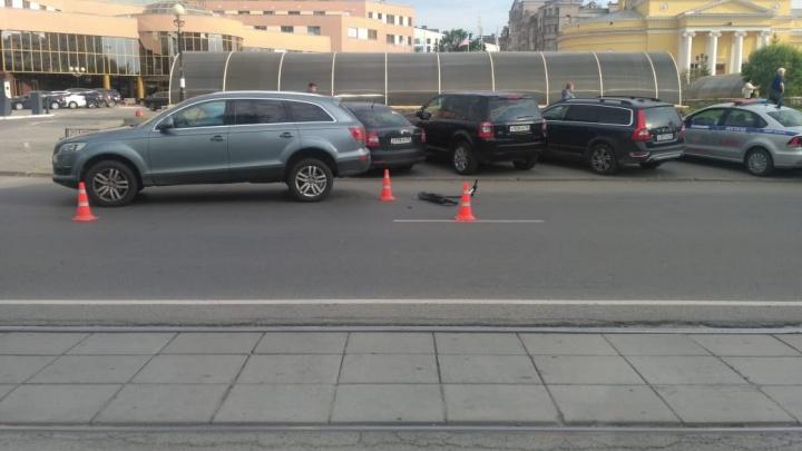 На Куйбышева подросток на электросамокате въехал в припаркованный автомобиль и попал в больницу