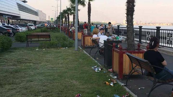 Красивую набережную Красноярска завалили мусором из-за переполненных урн