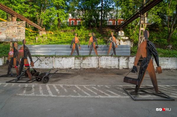 На заводе появилось много арт-объектов. Эти «Человечки Малевича» сделаны из найденных кусков железа прямо на территории завода