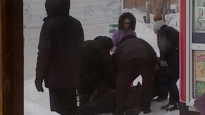 Мужчина умер посреди улицы на Затулинке: его пытались спасти очевидцы