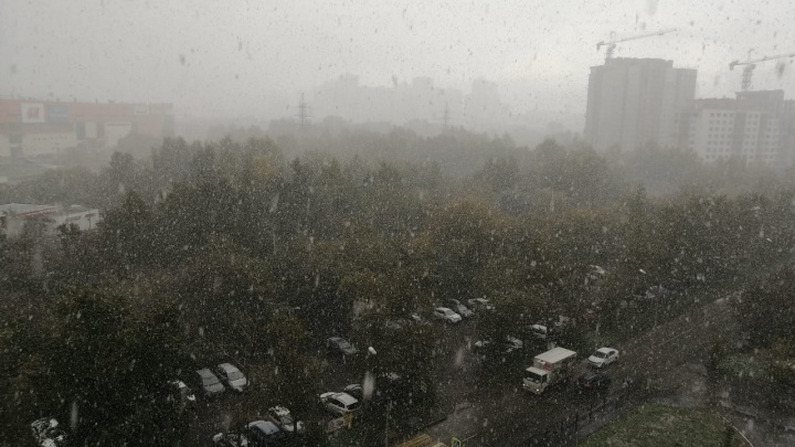Из-за сентябрьской метели в Екатеринбурге ГИБДД выпустила экстренное обращение