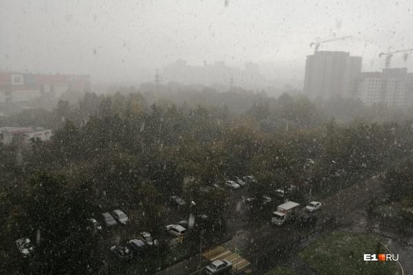 Снег в Екатеринбурге то обильно идет, то прекращается