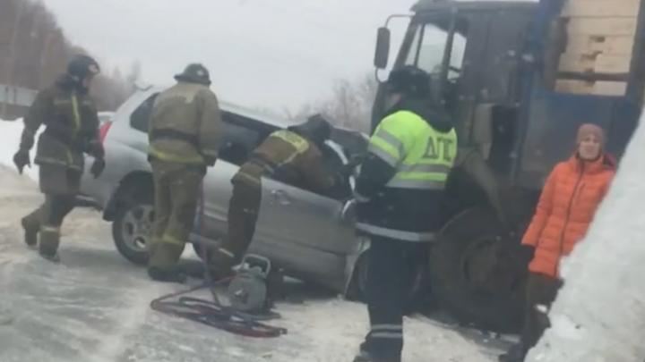 Subaru зажало под колёсами встречного КАМАЗа на пути из Пашино в Новосибирск