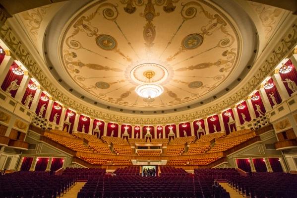 Из самых заметных предстоящих изменений — новые кресла и паркет в большом зрительном зале