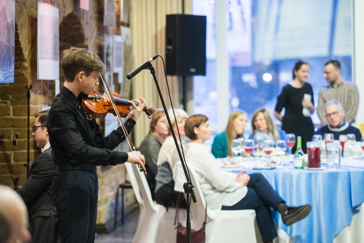 Несколько композиций для гостей исполнил юный скрипач Егор Медведев